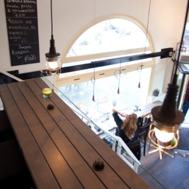Fresh food coffee café Anne & Max Amsterdam is ontworpen door interieurontwerper Cris van Amsterdam.