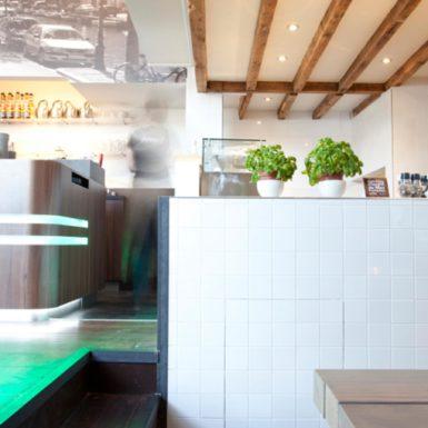 Fresh food coffee café Anne & Max Amsterdam is ontworpen door interieurontwerper Cris van Amsterdam.